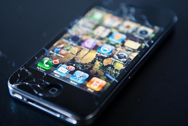iphone 4s broken smashed - Vyhrajte si příslušenství pro Apple