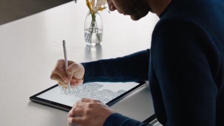 Jony Ive věří, že Apple Pencil pomůže zapomenout na techniku