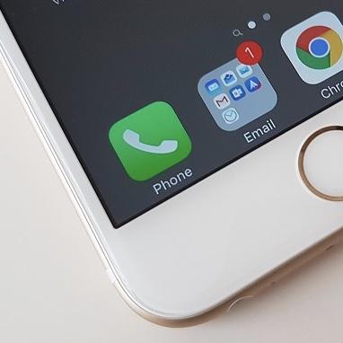 iPhone no dock 1 - Jaká sluchátka dostane iPhone 7? Lightning EarPods či bezdrátová AirPods?