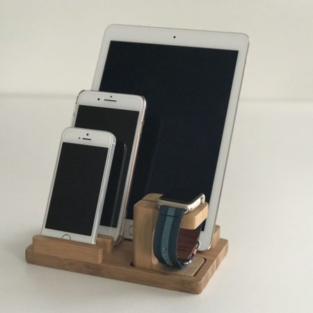 Dřevěný stojánek na Apple Watch