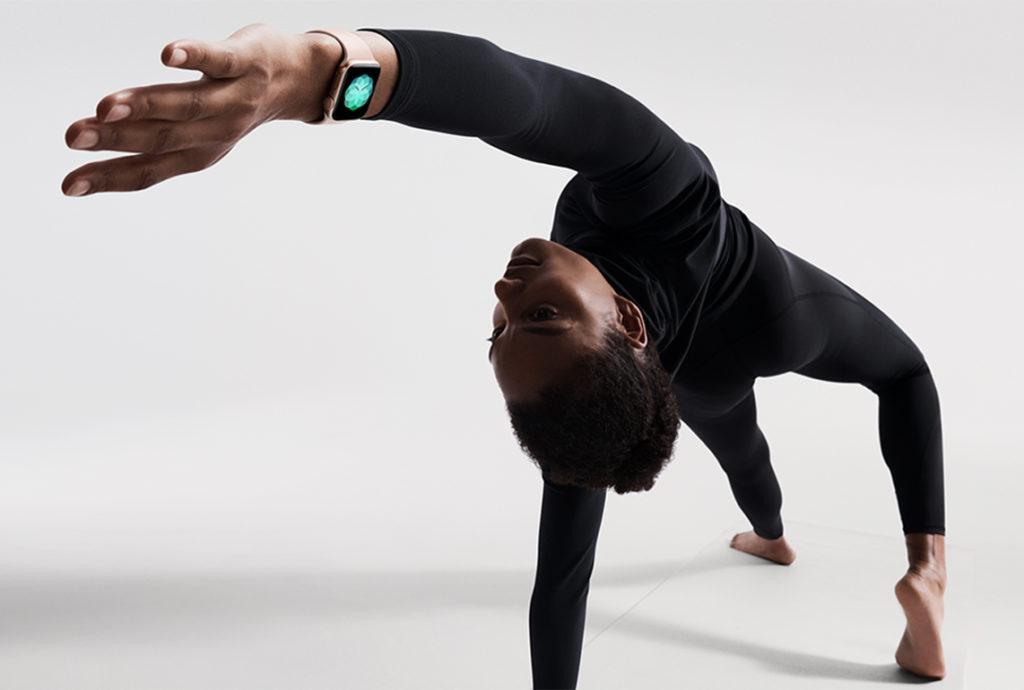 Apple Watch Series4 yoga 09122018 1024x690 - Nová reklama na Apple Watch upozorňuje na množství dostupných řemínků
