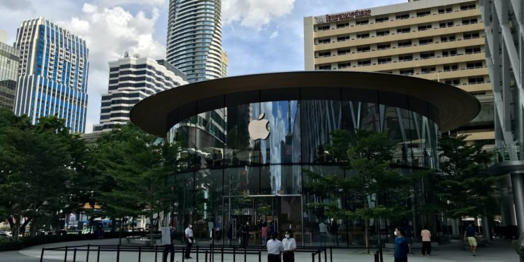 applebangkokoutdoors 750x375 - Podívejte se dovnitř nového Apple Store v Bangkoku