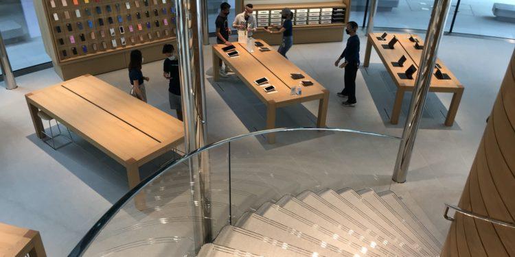 applebangkokproducttables 750x375 - Podívejte se dovnitř nového Apple Store v Bangkoku