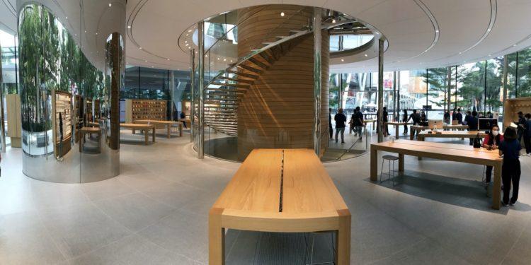 applebangkokproducttables2 750x375 - Podívejte se dovnitř nového Apple Store v Bangkoku